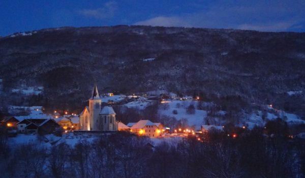 La Muraz village le soir en hiver